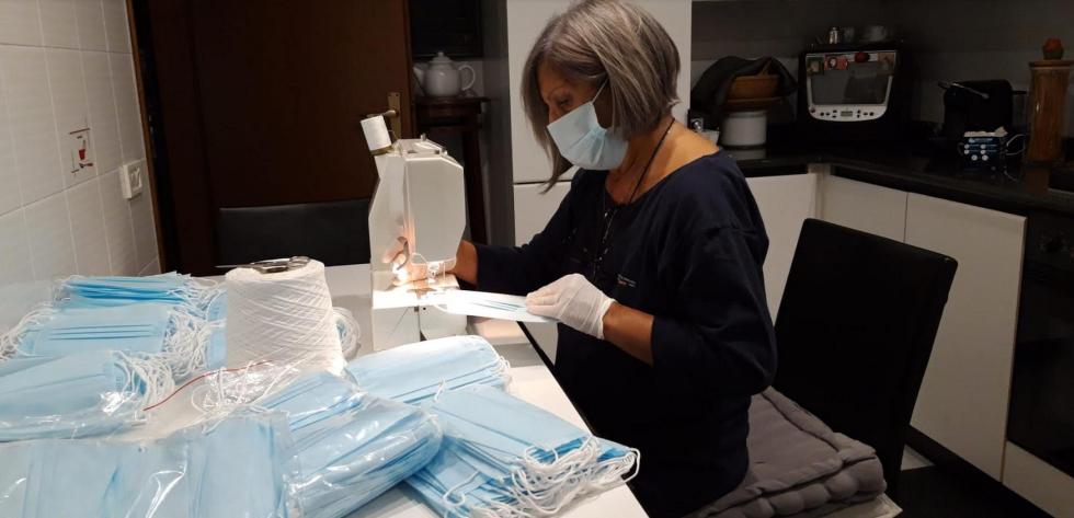 Volontari di Anteas Seveso cuciono mascherine per farne dono ai beneficiari delle loro attività solidali.