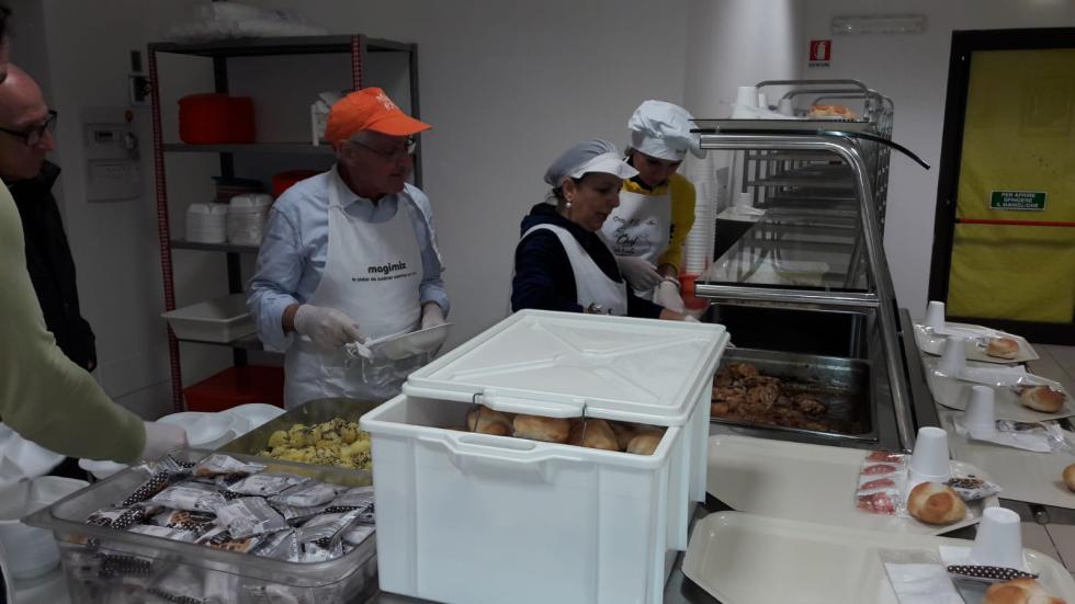 Pranzo Anteas  alla mensa dei poveri con immigrati
