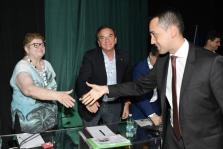 Conferenza nazionale dei servizi in rete Cisl. Stretta di mano tra il ministro del lavoro Luigi Di Maio e la presidente di Anteas Sofia Rosso